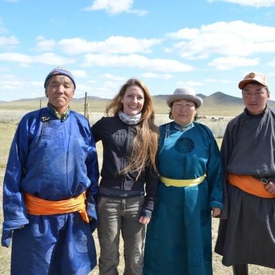 Voluntaria de Projects Abroad con su familia anfitriona durante su proyecto Nómada en Mongolia.